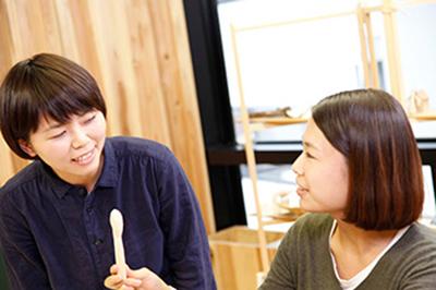(左)デザイナー 坂元 沙也可さん、(右)デザイナー 松本 彩さん