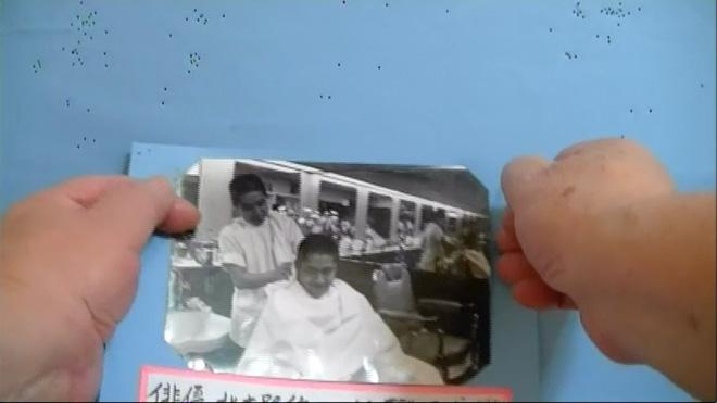 時折、写真を張り替える永久保さんの手が映ることも
