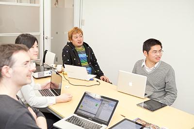 (手前左から時計回りに)ハロード・ウォーレンさん、浅野真理さん、河上裕明さん、羅 茶(ラ チャ)さん