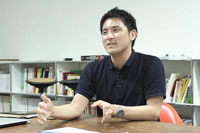 エディトリアルデザイナーの大崎さん。最近ではWEBデザインをすることも。