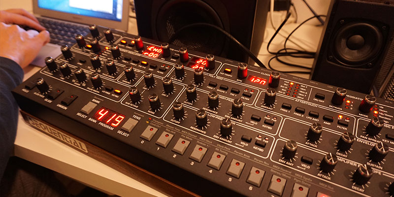 森本さんは自宅のスタジオで作曲をしている。「音」を作るところから始める