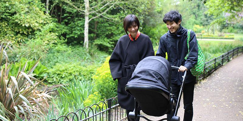 サウス・ロンドンの公園で散歩する三人。