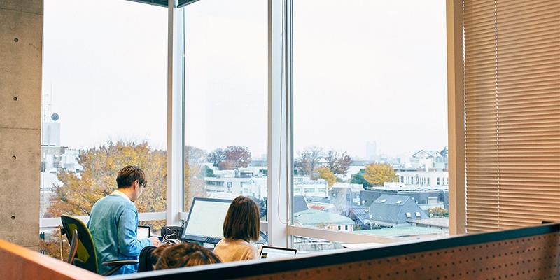 大きな窓から光が差し込み、開放感のあるハルマリのオフィス