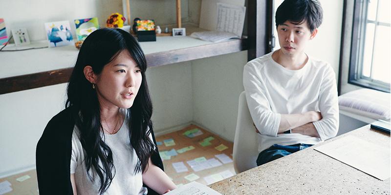 編集者・ライターの向晴香さん(左) 編集者の小山和之さん(右)