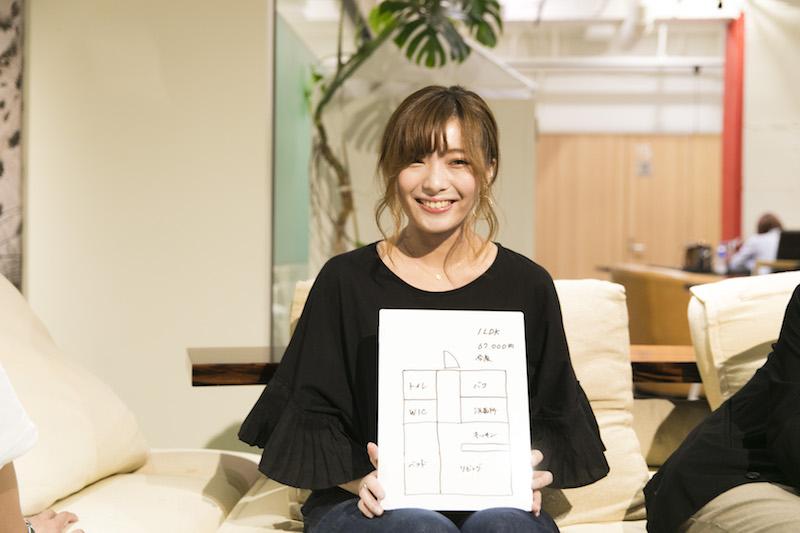 小松さんがマンションを借りている福岡市中央区今泉は天神駅から徒歩10分弱のエリア。間取りは1LDKで67,000円。間取り図を見て「お風呂・トイレ別でこれは安い!」とその場にいたみんなが絶賛した物件。「中心地に隣接しているものの比較的静かな通りなので、東京でいうと代官山かな?」と小松さん。