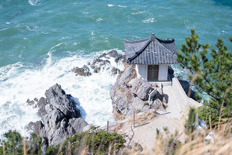 国指定の天然記念物『姫島の黒曜石産地』がある観音崎。とても見晴らしがよく、眼前に広がる青い海に感動しました。黒曜石の大きな岩も迫力がありました。