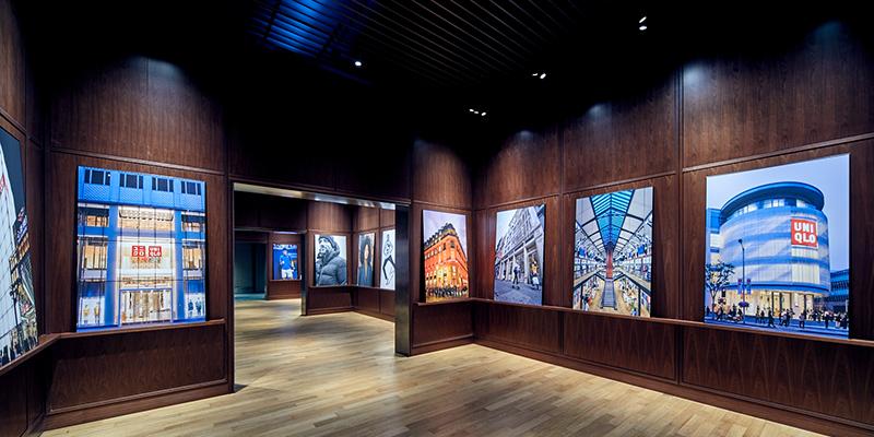 ユニクロ有明本部の廊下に飾られている、世界各地の店舗の写真(画像提供:ユニクロ)