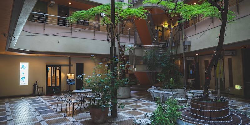 五反田ヒルズ(正式名は「リバーライトビル」)。小料理屋やバー、スナックなど、約50軒の飲食店が集まる