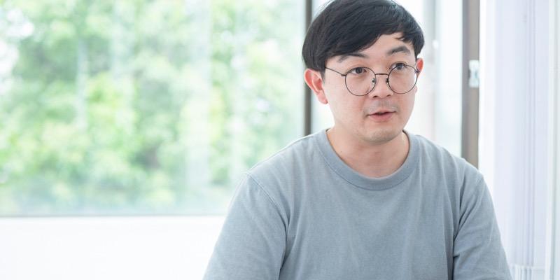 アートディレクターの三浦裕一朗さん。デザインのチェックや全体のトーンの監修を務めるほか、ロゴなどのグラフィックデザインを担当することも