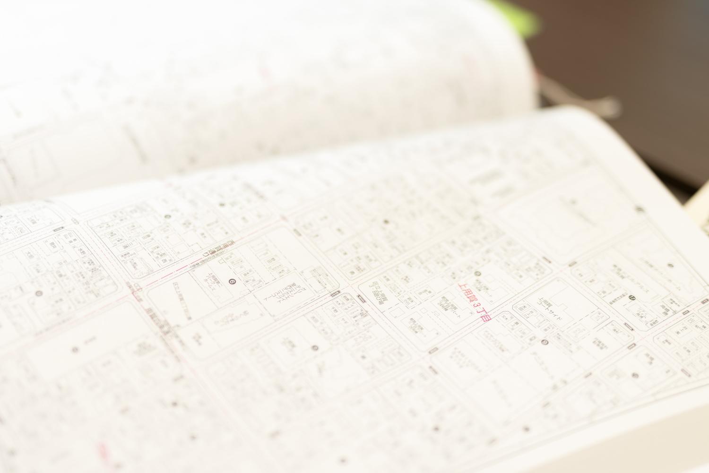 名前が記載されている個人宅もあるが、これは「表札は公に公開されている情報」というルールに基づいてのもの。住宅地図は救急車や消防車が通報を受けて現場へ向かう際にも活用される