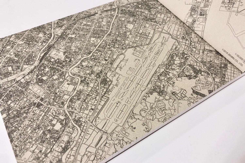 スターフライヤーが就航する空港の近辺地図が、線画でデザインされたメモパッド。都市型空港である福岡空港付近はめちゃくちゃ細かい!