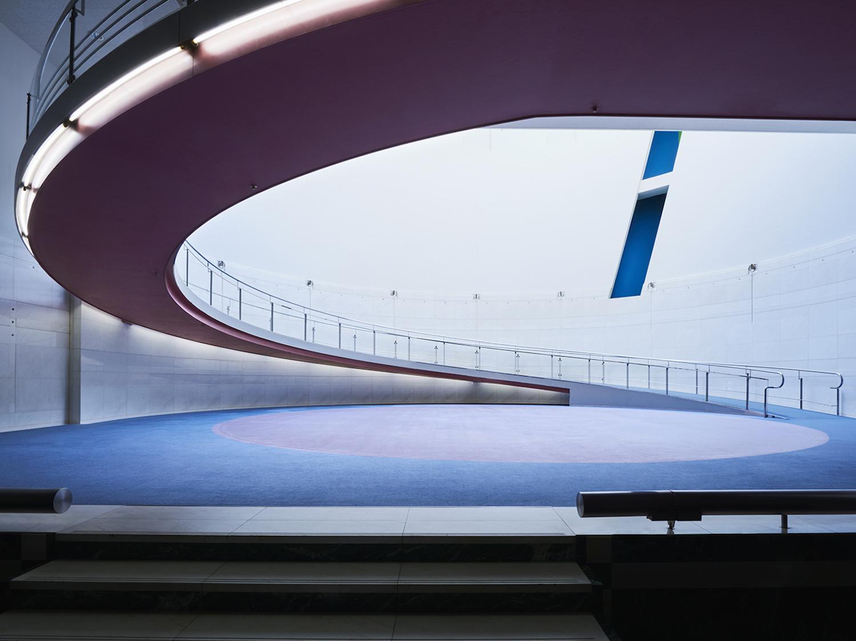 螺旋状のスロープが特徴的なスパイラルガーデン。吹き抜け構造のため開放感があり、周囲の音を心地よく感じながらアートを鑑賞することができる(画像提供:スパイラル / 株式会社ワコールアートセンター)