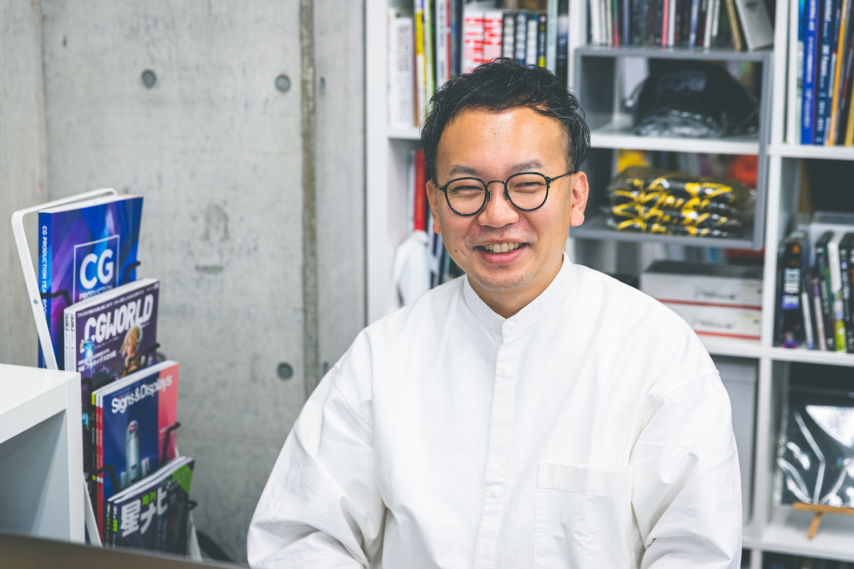 株式会社HERE. 代表取締役社長 / ディレクターの土井昌徳さん。大学では一般の学部に在籍していたが、VJ活動をきっかけに、CG / VFXを学ぶ専門学校へ入学。卒業後はCGプロダクションで経験を積んだのち、2015年にHERE.を設立した