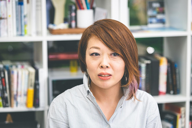 株式会社HERE. ディレクターの松下藍さん。テレビ局の2DCGデザイナーを経てフリーとして活動後、2019年4月にHERE.へ入社。土井さんは専門学校時代の後輩にあたるという